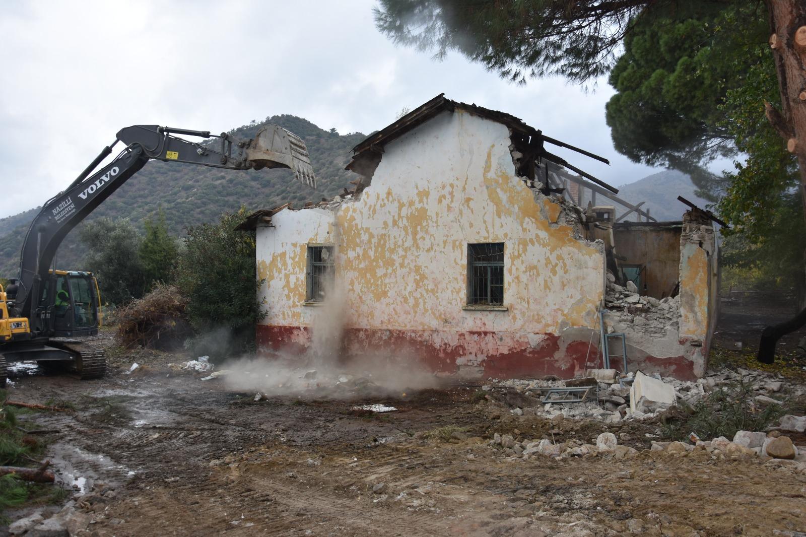 70 yıllık okul binası yıkıldı... Belediye bölgeye park yapacak