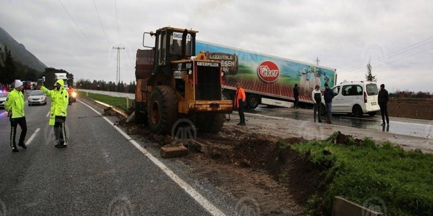 Manisa-Turgutlu kara yolu kaza nedeniyle 1.5 saat ulaşıma kapalı kaldı
