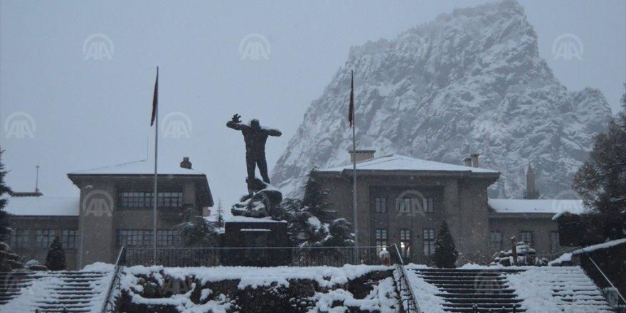 Afyonkarahisar'da Yoğun Kar Yağışı Hayatı Olumsuz Etkiledi