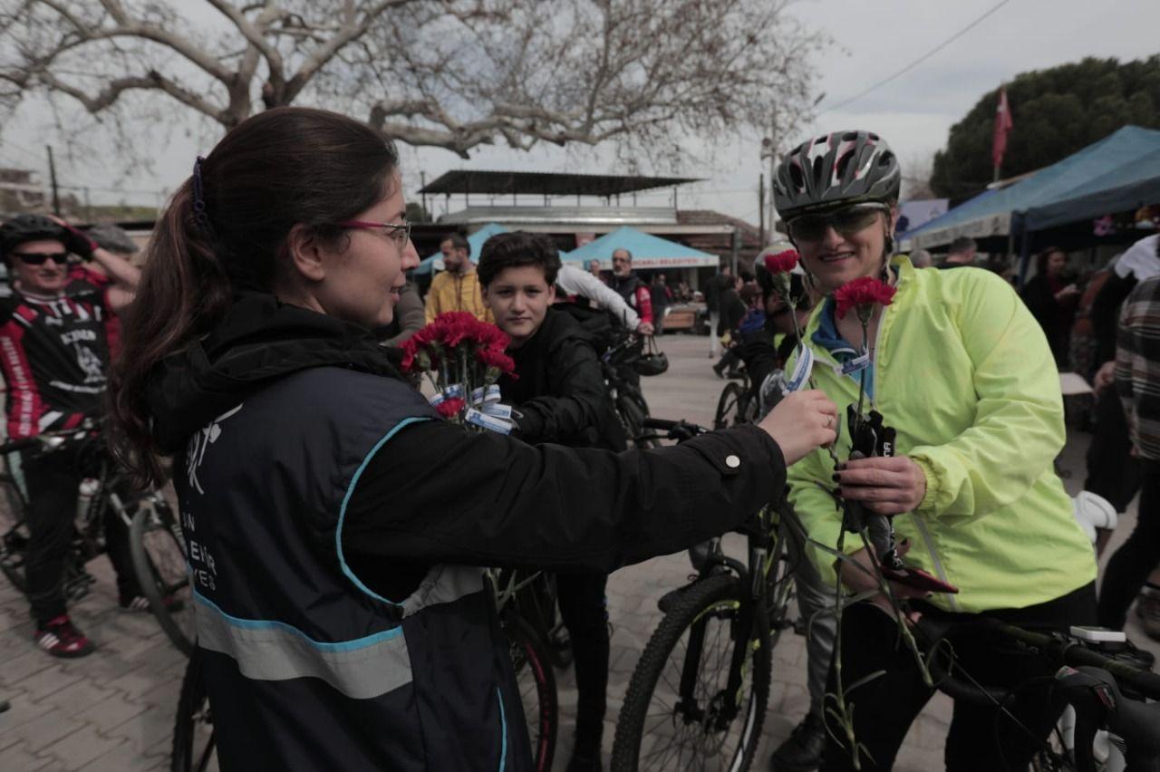 Aydın Büyükşehir Belediyesi kadınlara karanfil dağıttı