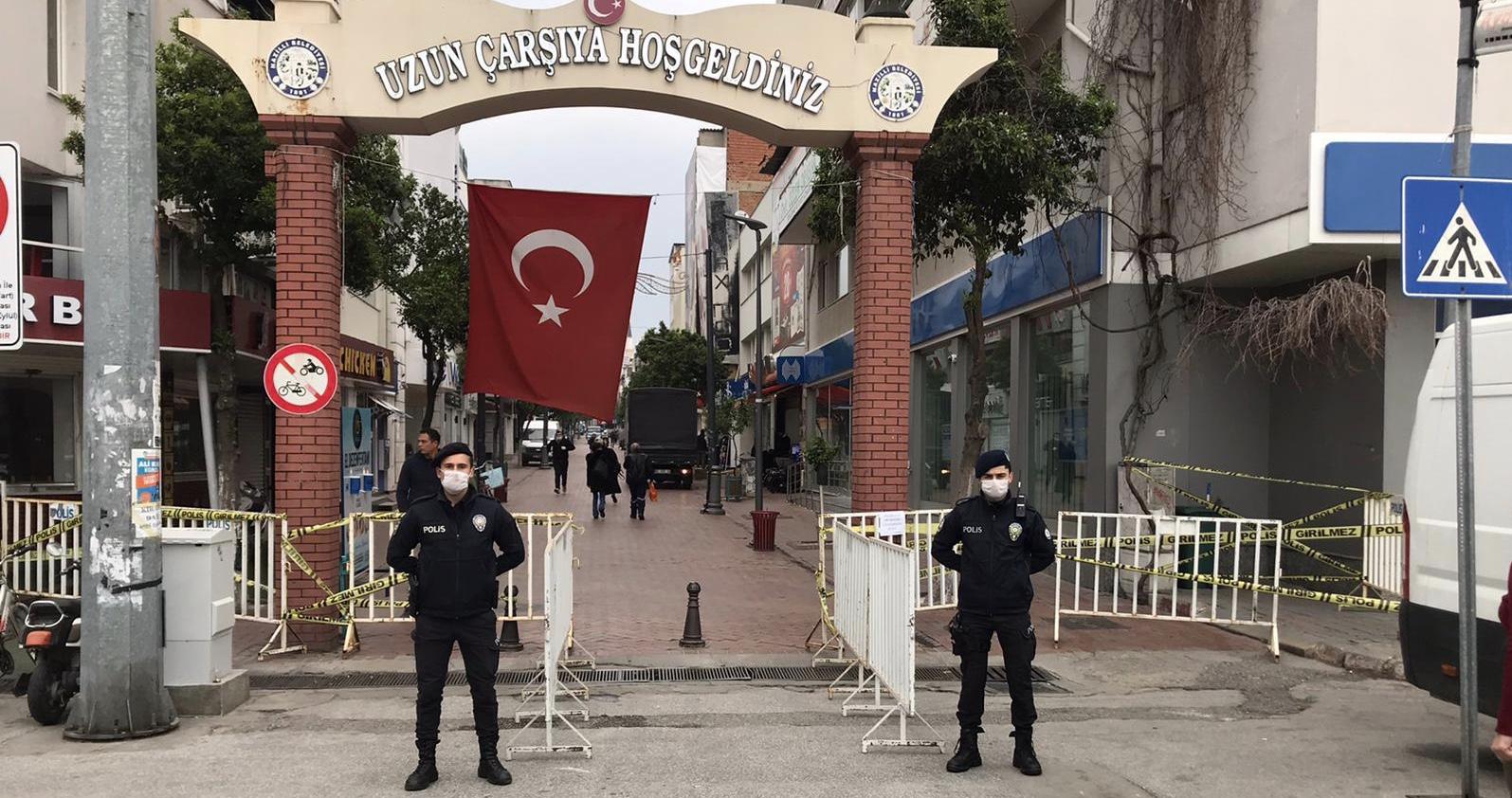 Perşembe pazarı'nda polisin koronavirüs tedbirleri dikkat çekti