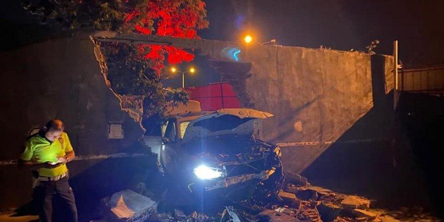 Kontrolden çıkan otomobil fabrikanın duvarını deldi!