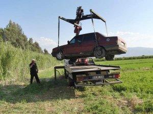 Araçlarını 'Yonca' tarlasına bırakıp kaçtılar
