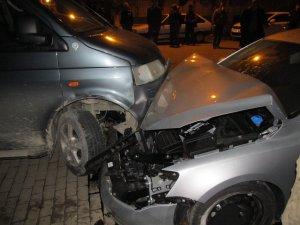 Trafik Kazası: Park Halindeki Araçlar Hurdaya Döndü