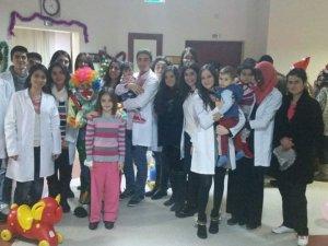 Tıp Fakültesi Hastanesi'nde miniklere özel yeni yıl programı düzenlendi