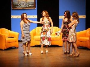 'Beş Kız Arkadaş' adlı gençlik oyunu beğeni topladı