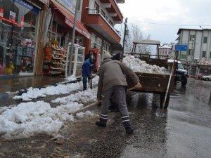 Karacasu'da kar ve buzlanmayla mücadele devam ediyor