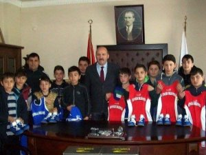 Başkan Ertürk, genç güreşçilere jest yaptı