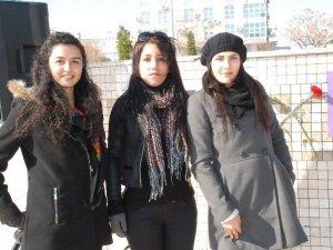 Didim'de üç genç kız 'Özgecan' için oturma eylemi yaptı