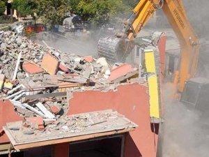 Didim'de belediye işçileri yıkılan binanın altında kaldı