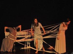 Kuşadası'nda tiyatro gösterisi düzenledi