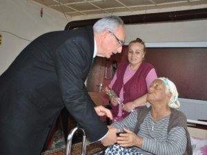 Başkan Kale, ilçesindeki yaşlıları ziyaret edip gönüllerini aldı