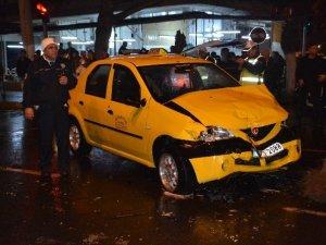 Nazilli' de babasının taksisiyle kaza yaptı: 2 yaralı