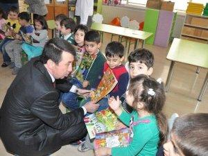 Nazilli'de Minik Öğrencilere Boyama Ve Yap Boz Kitapçıkları Dağıtıldı