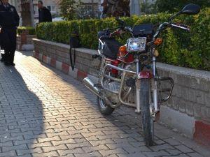 Alkollü Sürücü Orta Refüje Çarptı: 1 Yaralı