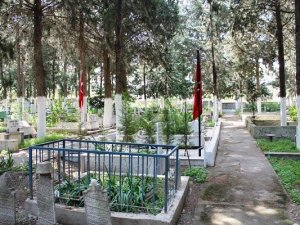 Kuşadası'nda Mezarlıkta Yol Tartışması Büyüyor