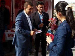 MHP İl Başkanı Anatepe, Anneler Günü'nde Karanfil Dağıttı