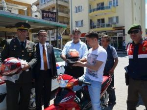 Ayvalık Belediyesi Motosiklet Sürücülerine Kask Dağıttı