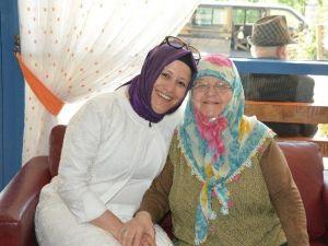 Huzurevinde Kalan Anneler Unutulmadı