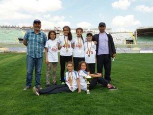 Atletizmde Geleceğin Yıldızları Şampiyonluğa Koşuyor
