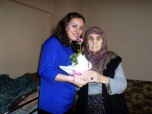 TEBEV'den Emektar Annelere Çiçek