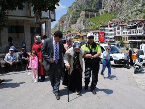 Polisten Yaşlı Kadına Yardım Eli