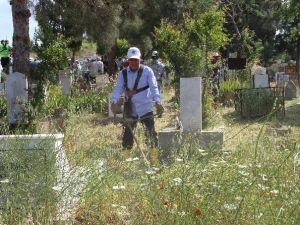 Başkan Ve Meclis Üyelerinden Mezarlık Temizliği
