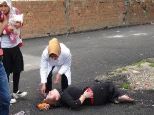 Balkondan Düşen Kız Acı İçinde Ambulans Bekledi