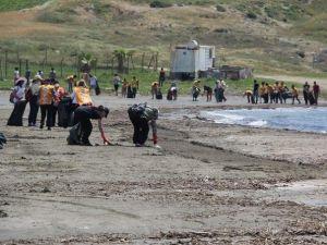 Gönüllüler Karataş Sahili'ni Temizledi