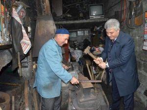 AK Parti Trabzon Milletvekili Adayı Günnar Demircide Örsün Başına Geçip Demir Dövdü