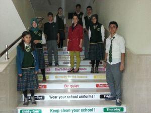 İngilizceyi Merdiven Basamaklarında Öğreniyorlar