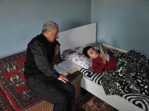Bozüyük'te Cam Kemik Hastası Ömer'e Evinde Okuma Yazma Kursu Veriliyor