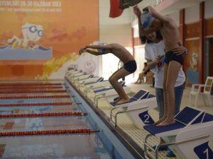 Engelli Sporcular Yüzme Yarışmasında Mücadele Etti