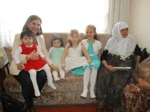 Muttalipli Kadınlar Usluer'e Yöresel Kıyafetlerinden Hediye Etti