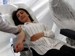 Ak Parti Milletvekili Adayı Esma Ersin, Kızılay'ın Çadırında Kan Verdi
