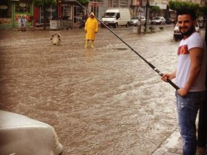 Cadde Ve Sokakları Su Bastı, Tepki İçin Suya Olta Attı