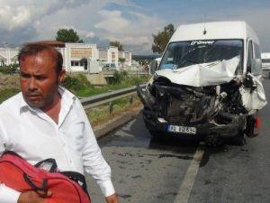 Kamyonet, Turistleri Taşıyan Minibüse Çarptı: 1 Yaralı