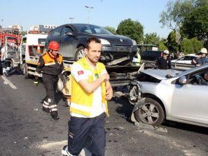 Direksiyon Hakimiyetini Kaybeden Sürücü Metrobüs Bariyerine Çarptı: 1 Yaralı