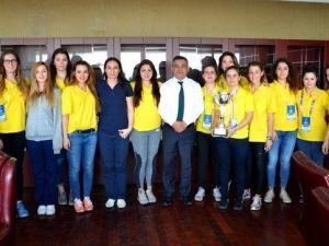 ÇOMÜ Kadın Basketbol Takımı'ndan Rektör Acer'e Ziyaret