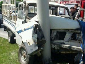 Trambüs Hattı Direğine Çarpan Aracın Sürücüsü Ağır Yaralandı