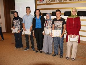 Kompozisyon Yarışmasında Dereceye Giren Öğrenciler Sertifikalarını Aldı