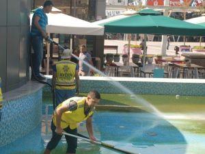 Yosun Tutan Kent Meydanı Havuzu Temizleniyor