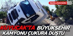Kuyucak'ta Büyükşehir Kamyonu Çukura Düştü
