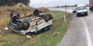 Minibüs kayganlaşan yolda şarampole devrildi