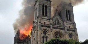 Fransa'daki Aziz Donatien Bazilikasında Korkutan Yangın