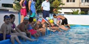 Belediye şehrin ortasına seyyar havuz kurdu