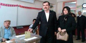 Mehmet Erdem sandığa eşiyle gitti