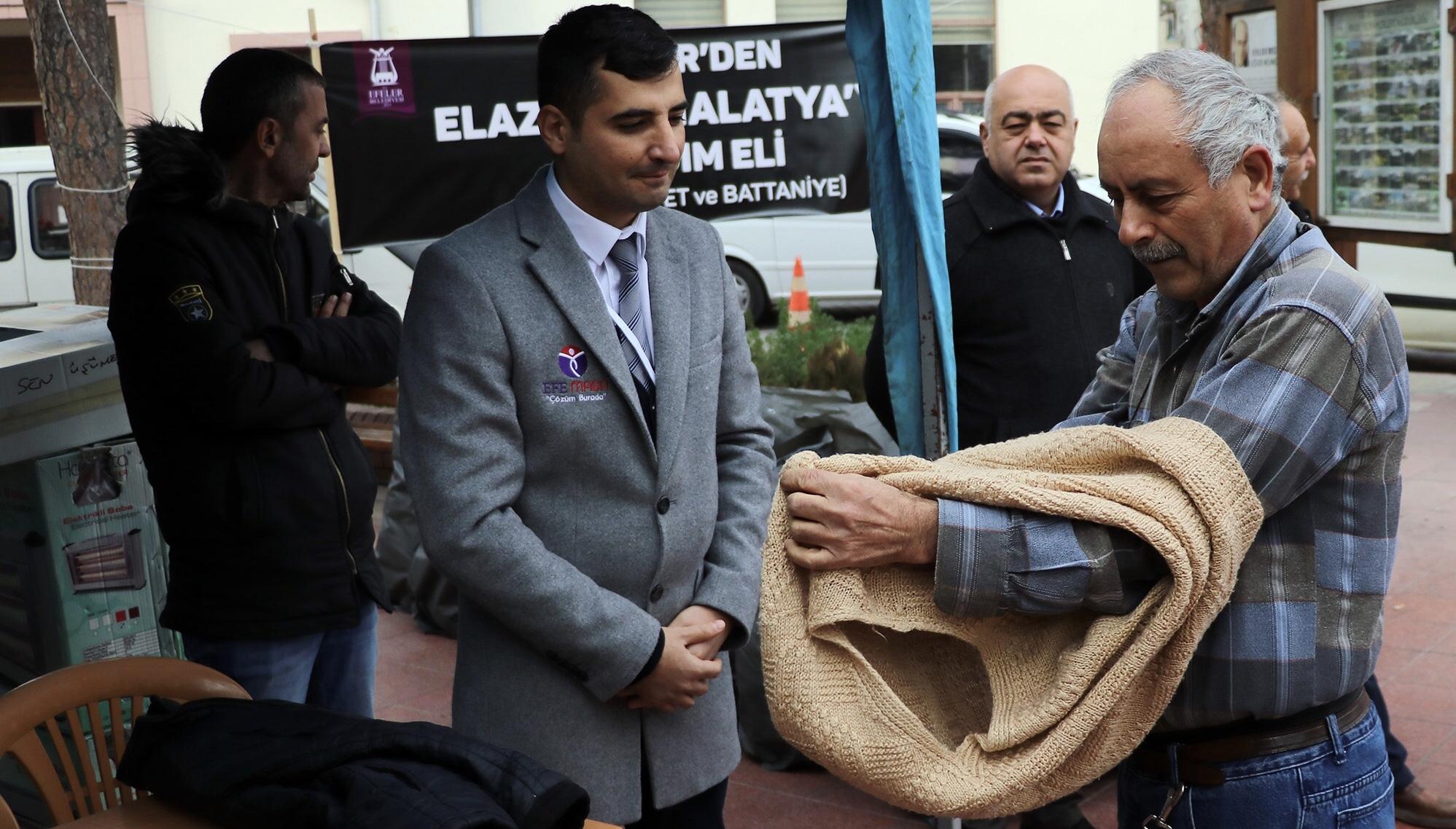 AYDIN'DA BİR VATANDAŞ ÜZERİNDEKİ KIYAFETLERİ BAĞIŞLADI