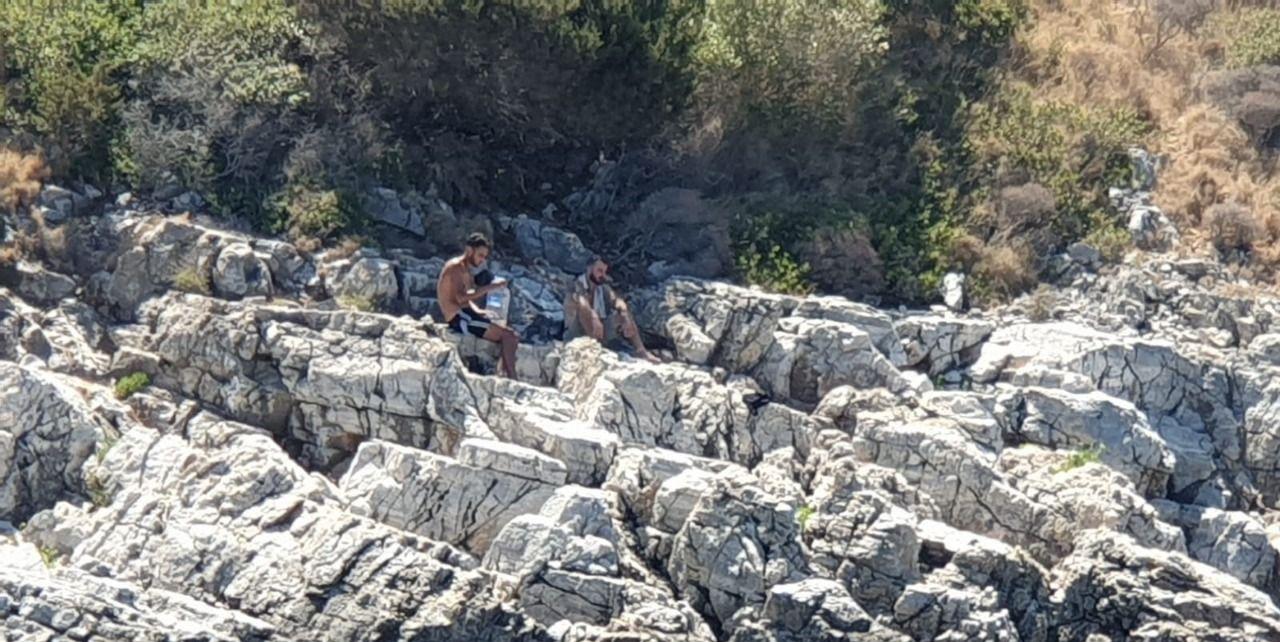 Kuşadası açıklarında kayalıklarda mahsur kalan 2 sığınmacı kurtarıldı