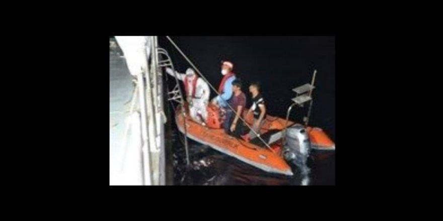 Kayalıklarda mahsur kalan 8 düzensiz göçmen kurtarıldı